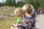 Mamma och Tilde kollar på djuren på savannen