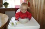 Elis undersöker om det finns mer gröt i skålen