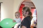 Elis och Isak med en grön ballong