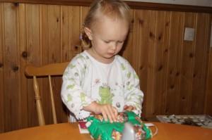 Tilde öppnar första klappen julafton 09